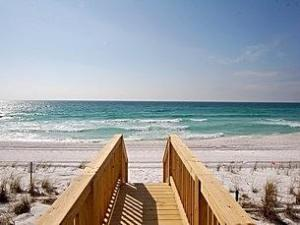 Beautiful white beaches of Destin FL